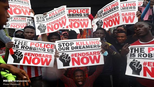 Nijerya hükümeti polis zulmüne karşı protesto edenleri katlediyor